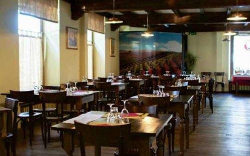 Interno del ristorante,al fondo immagine gigante di  vigneti