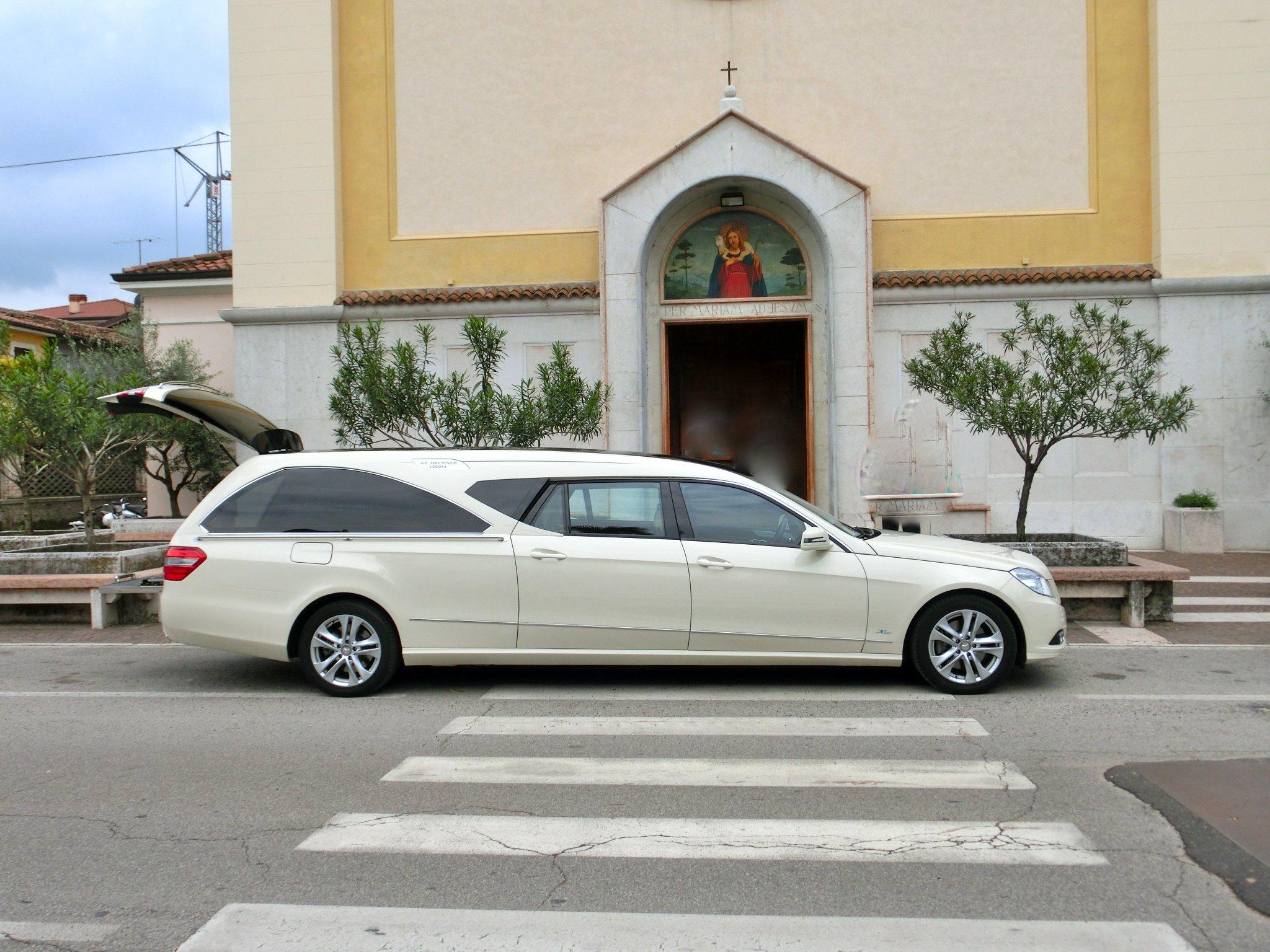 un carro funebre in strada