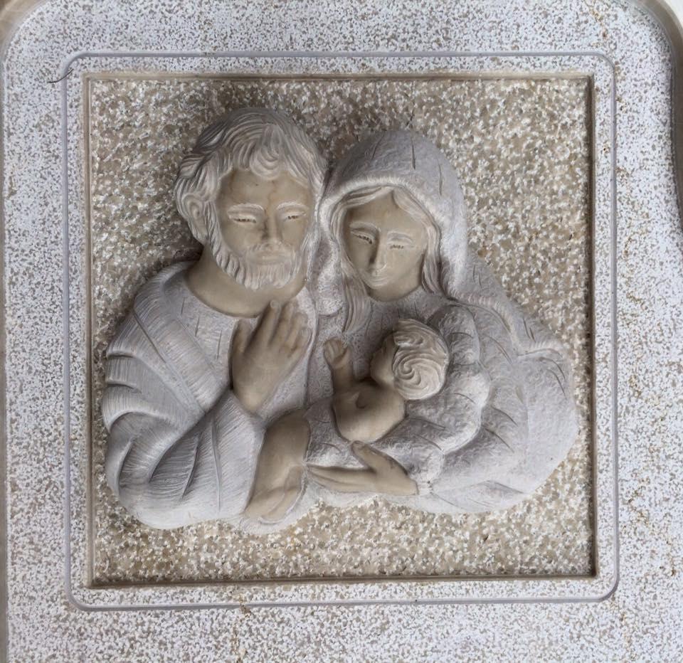 delle sculture su marmo di Giuseppe, Maria e Gesu' bambino