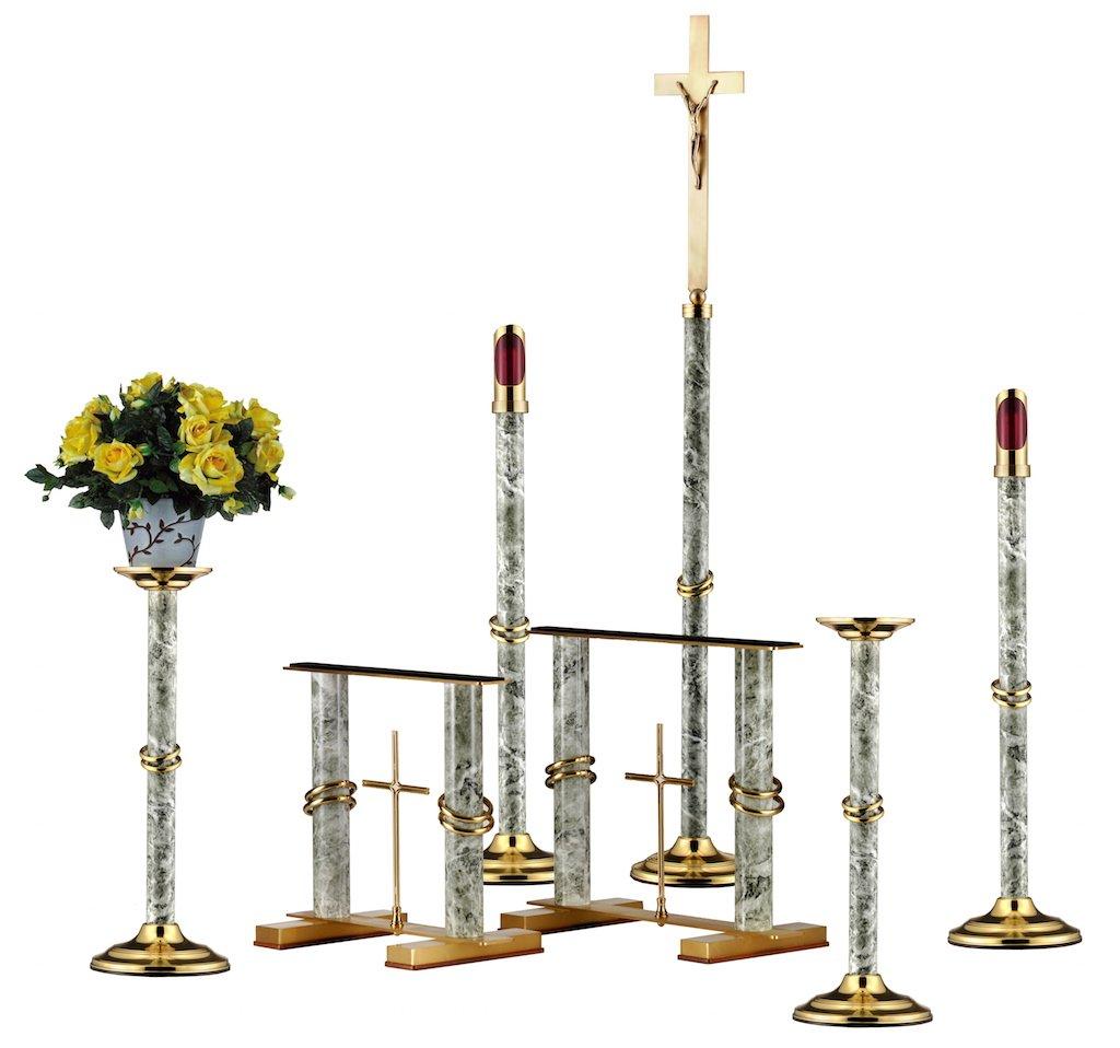 una croce e delle strutture con dei lumini, e un vaso di fiori gialli