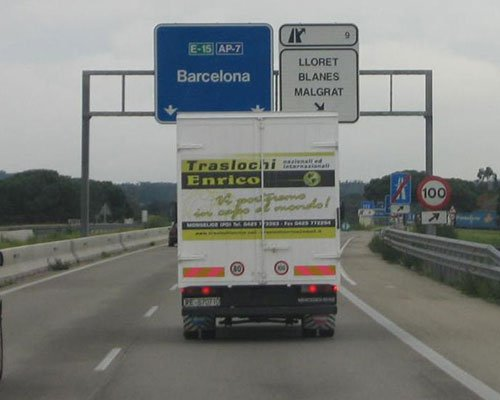 Camion con il logo della compagnia arrivando a un paese straniero