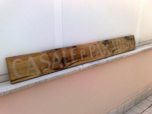 incisione su targa in legno