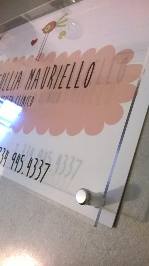 targa in plexiglas incisa e smaltata su fondo in forex stampato con distanziatori