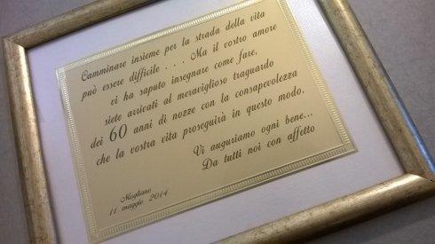 targa stampata su cornice in legno