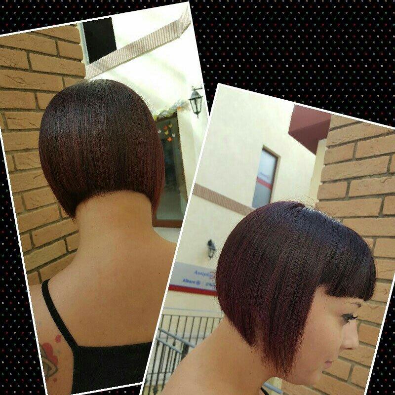 una ragazza con capelli rossi e neri corti con frangia visti dal lato e dal dietro