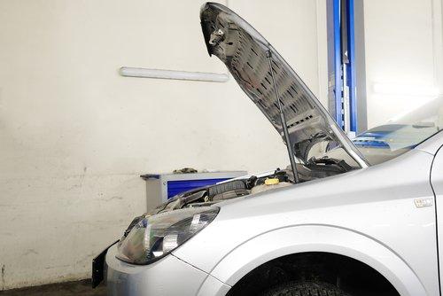 auto sotto revisione meccanica