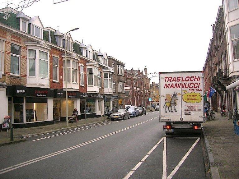 camion TRASLOCHI MANNUCCI durante servizio con case