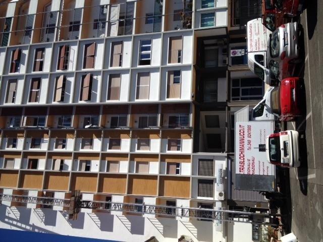 vista frontale di case con trasporti TRASLOCHI MANNUCCI durante servizi