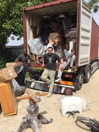 camion con mobili usati e staff
