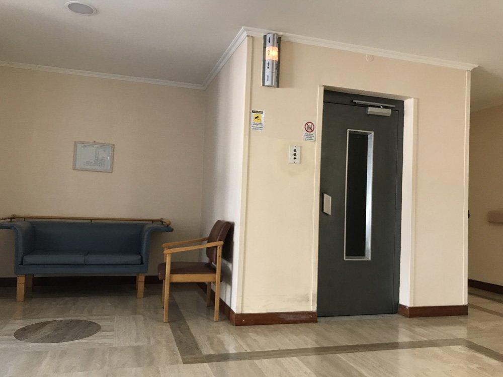 divano e ascensore all'interno della struttura per anzini