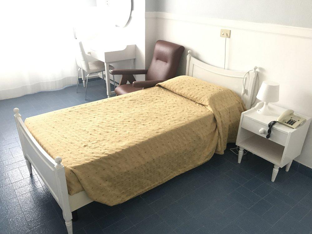camera con letto singolo e poltrona