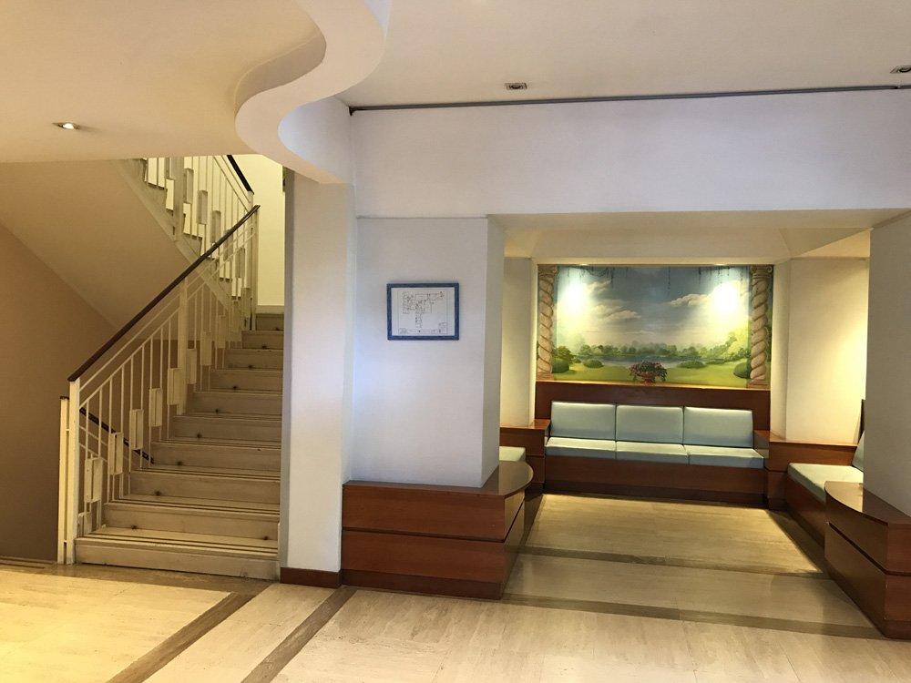 divanetto, quadro e scale all'interno della struttura per anziani