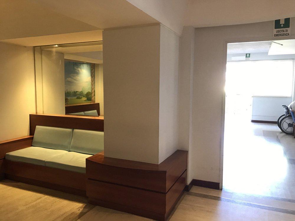 divano in legno e tessuto nella casa di riposo