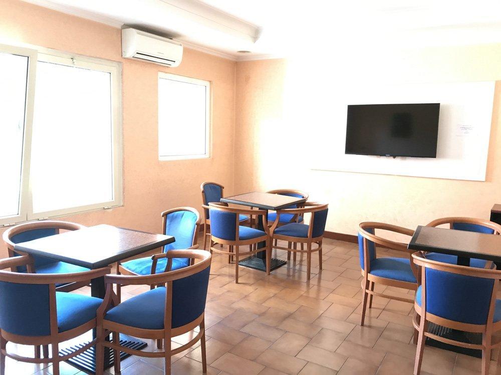 sala comune con poltroncine blu della casa di riposo