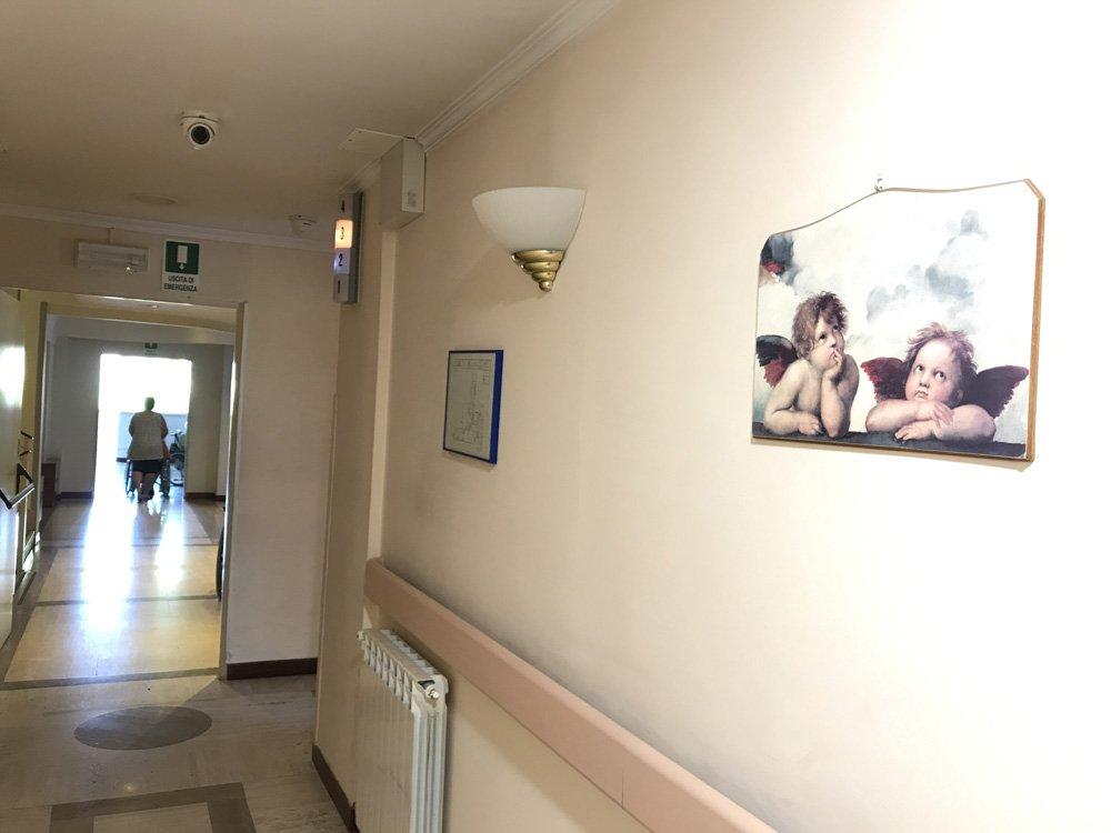 corridoio con quadro della casa per anziani