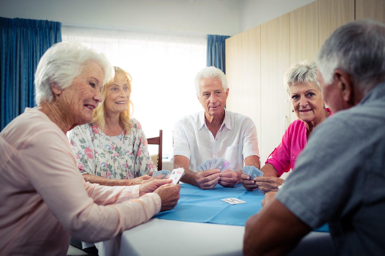 gruppo di anziani gioca a carte