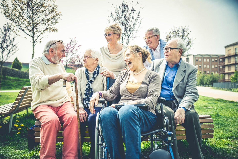gruppo di anziani chiacchiera in giardino