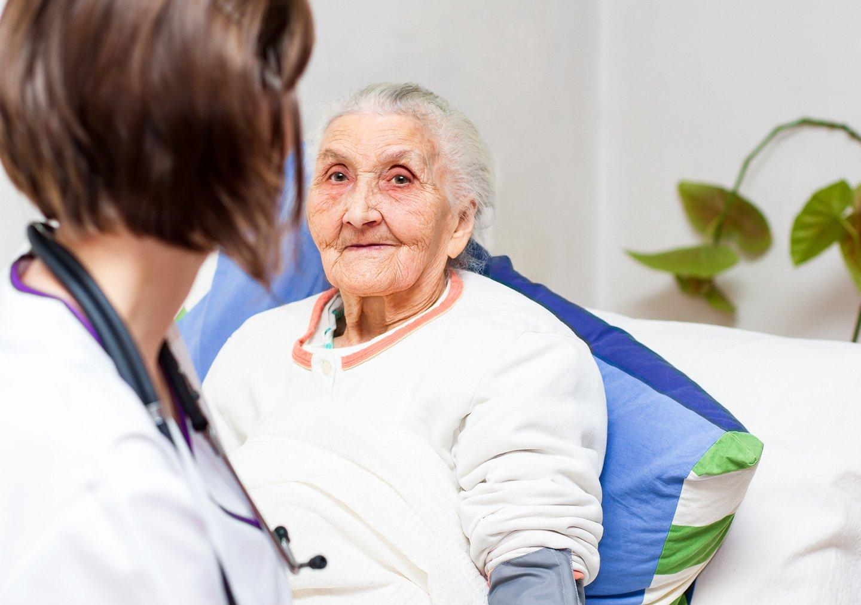 infermiera assiste donna anziana