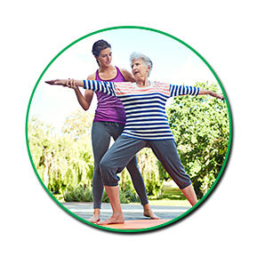 fisioterapista aiuta donna anziana con un esercizio