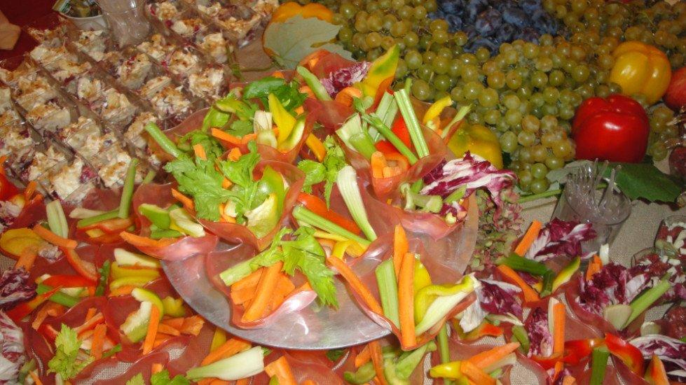 delle verdure tagliate con prosciutto crudo, uva, peperoni e altre specialità