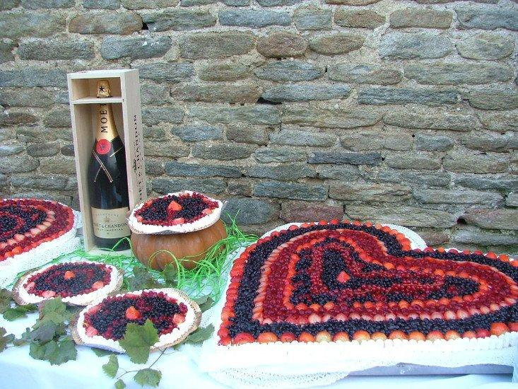 un tavolo con della frutta su dei piatti disposta a formare un cuore