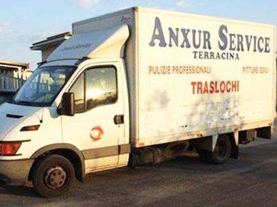 il camion dei traslochi di color bianco visto da una diversa angolazione