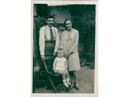 foto in bianco e nero di una coppia e di un bambino