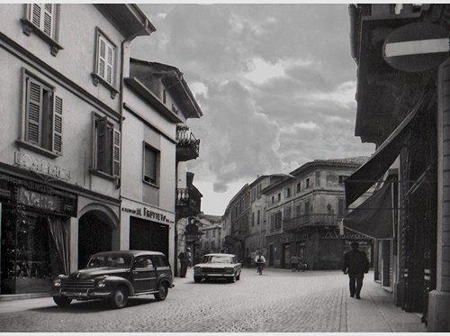 foto d`epoca del centro citta` con gioielleria sulla sinistra