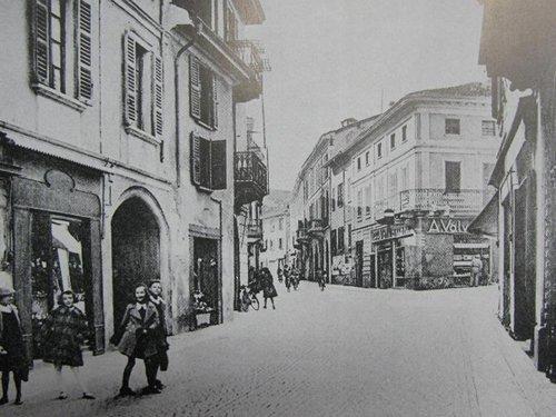 foto in bianco e nero di una via cittadina del centro