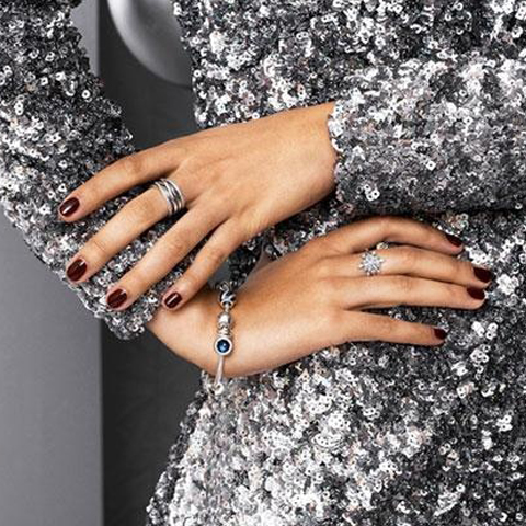 modella mostra bracciale ed anelli per la gioielleria