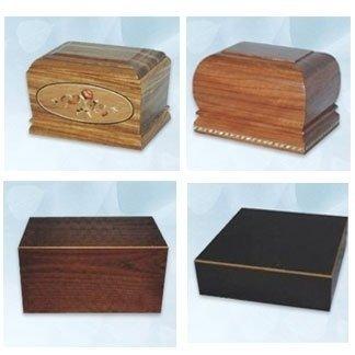 Urne funerarie in legno decorato ed intarsiato