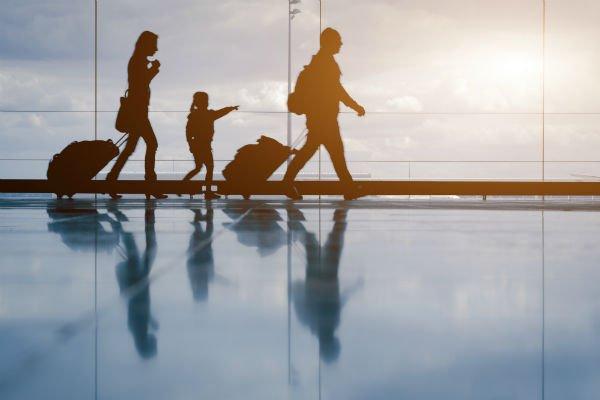 delle persone con dei trolley in aeroporto