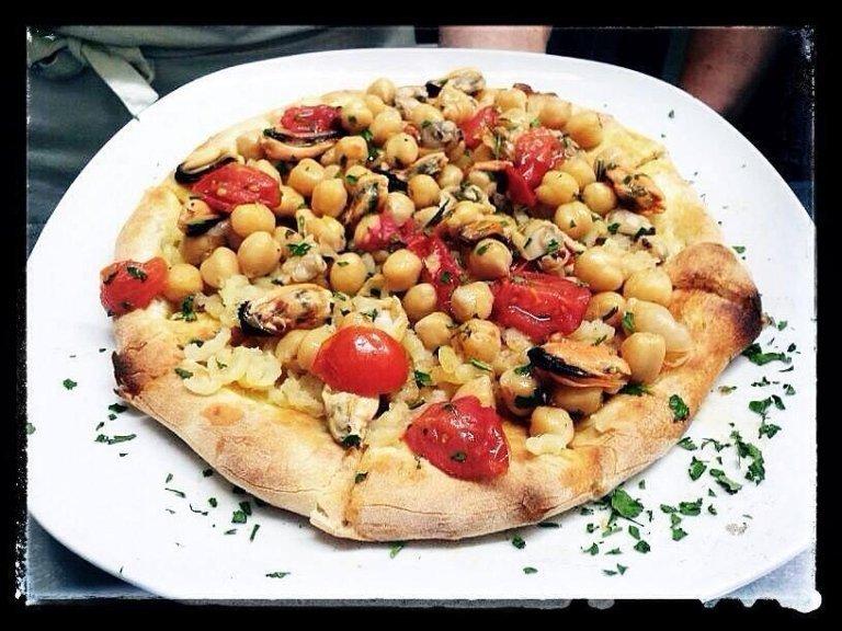 pizza ceci e frutti di mare