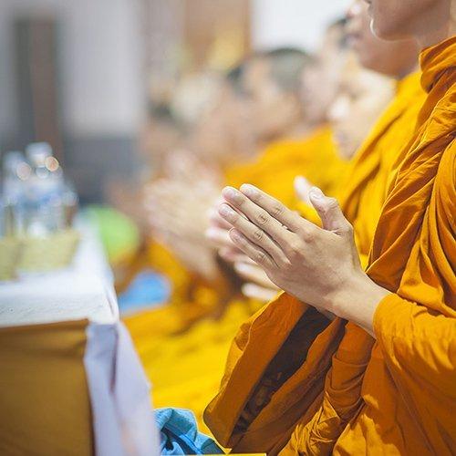 Dei monaci buddisti in preghiera