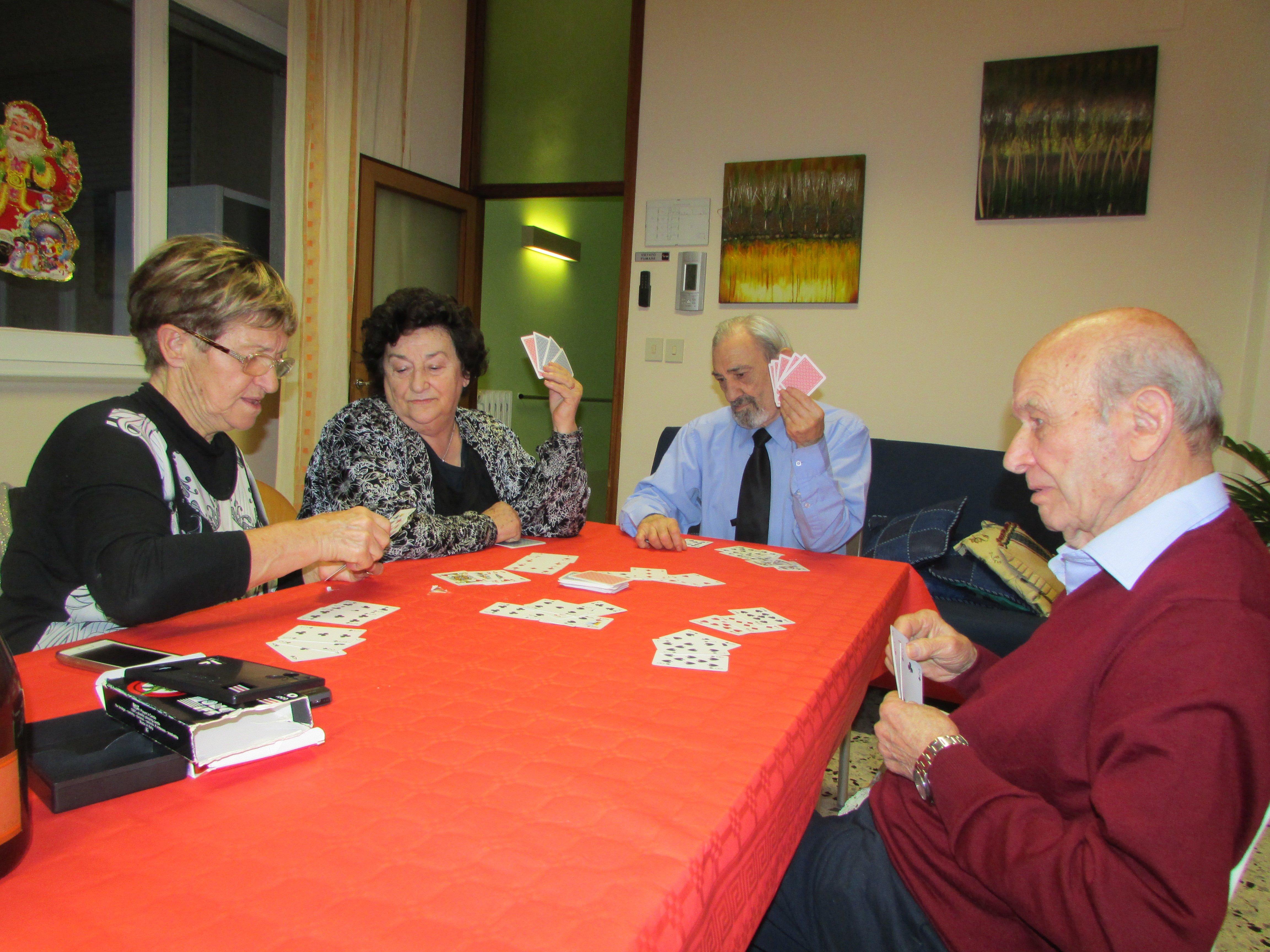 gruppo di persone che giocano a carte