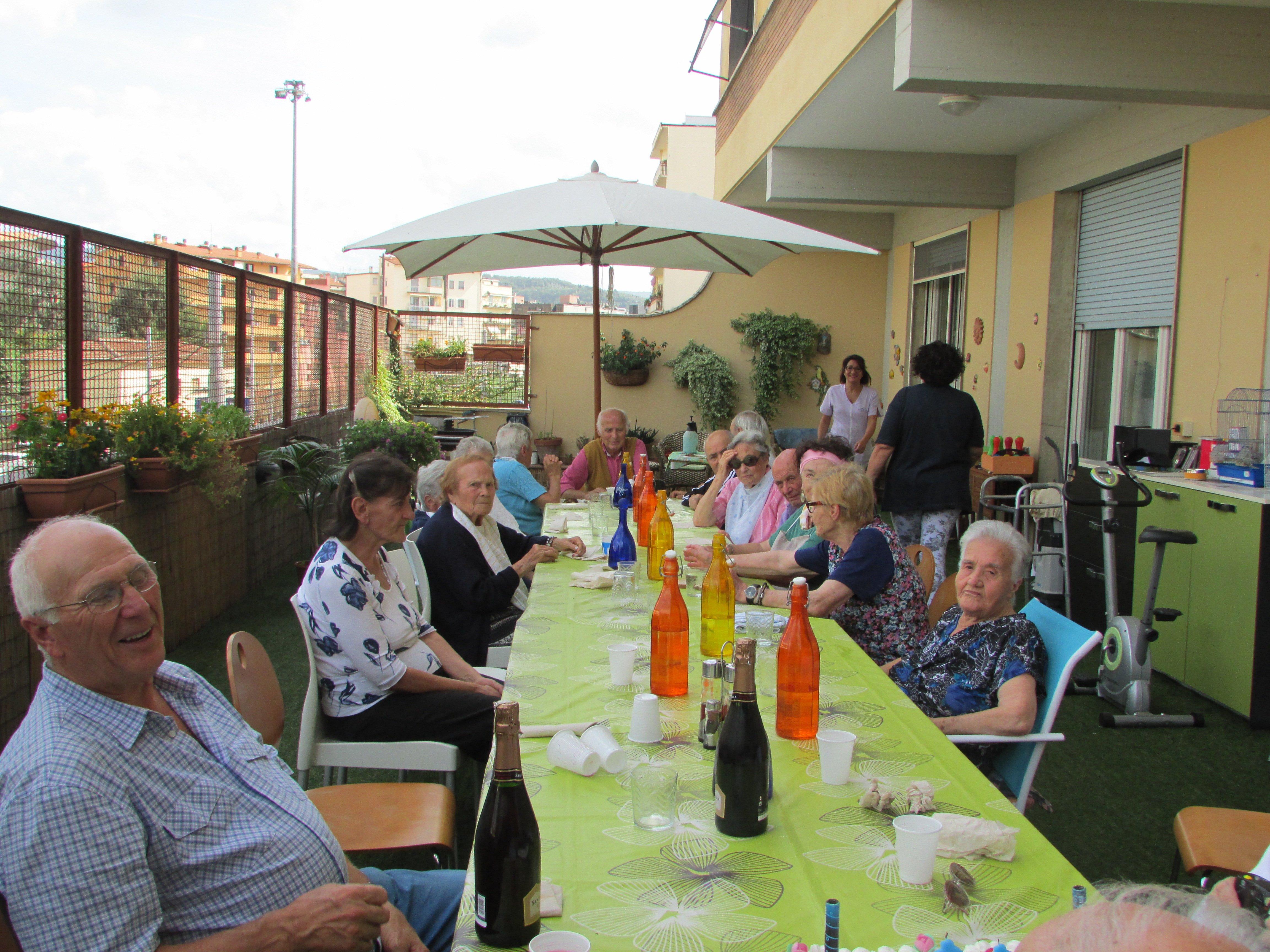 pranzo all'aperto sul terrazzo
