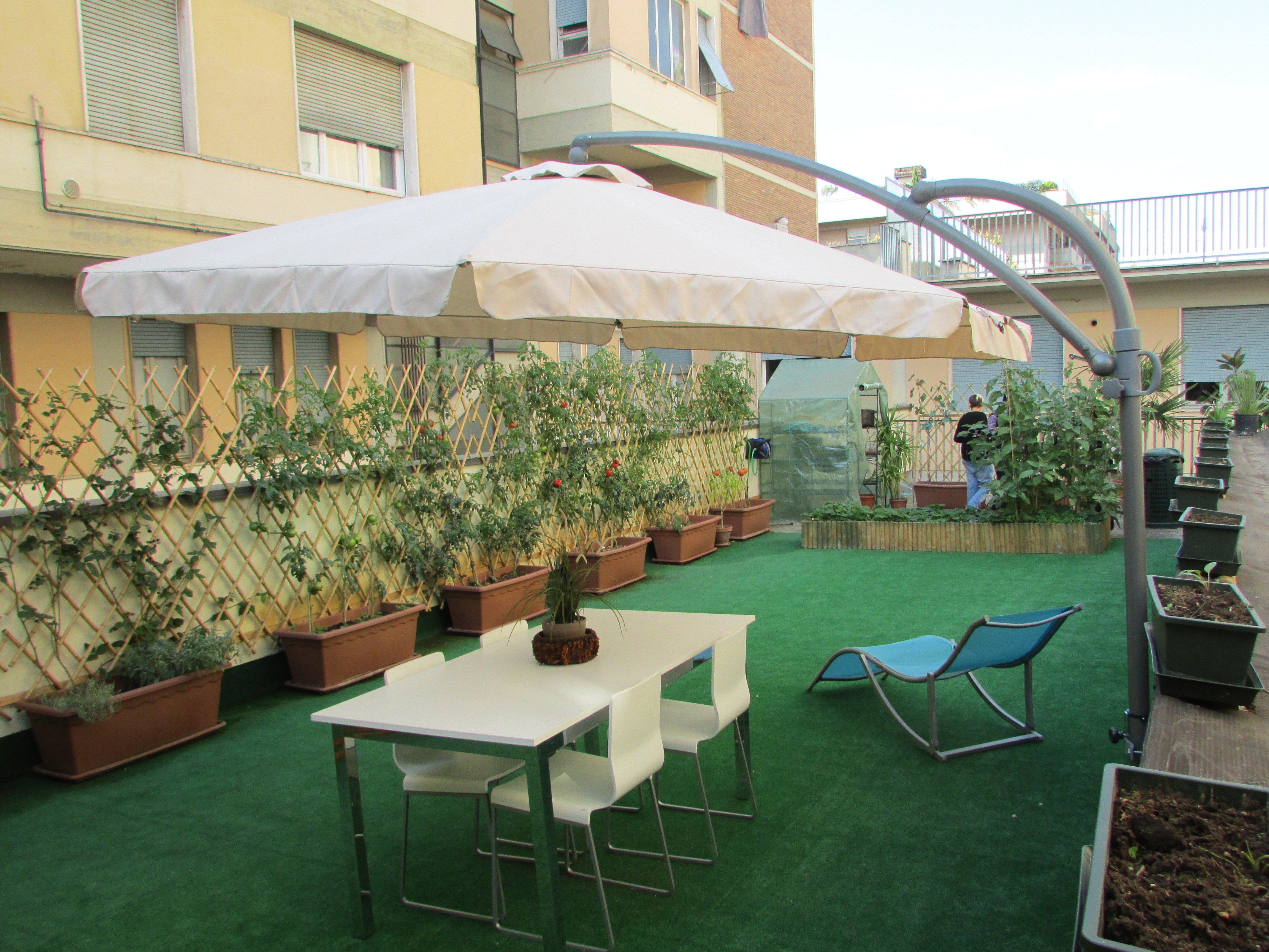 terrazzo con ombrellone e tavolo