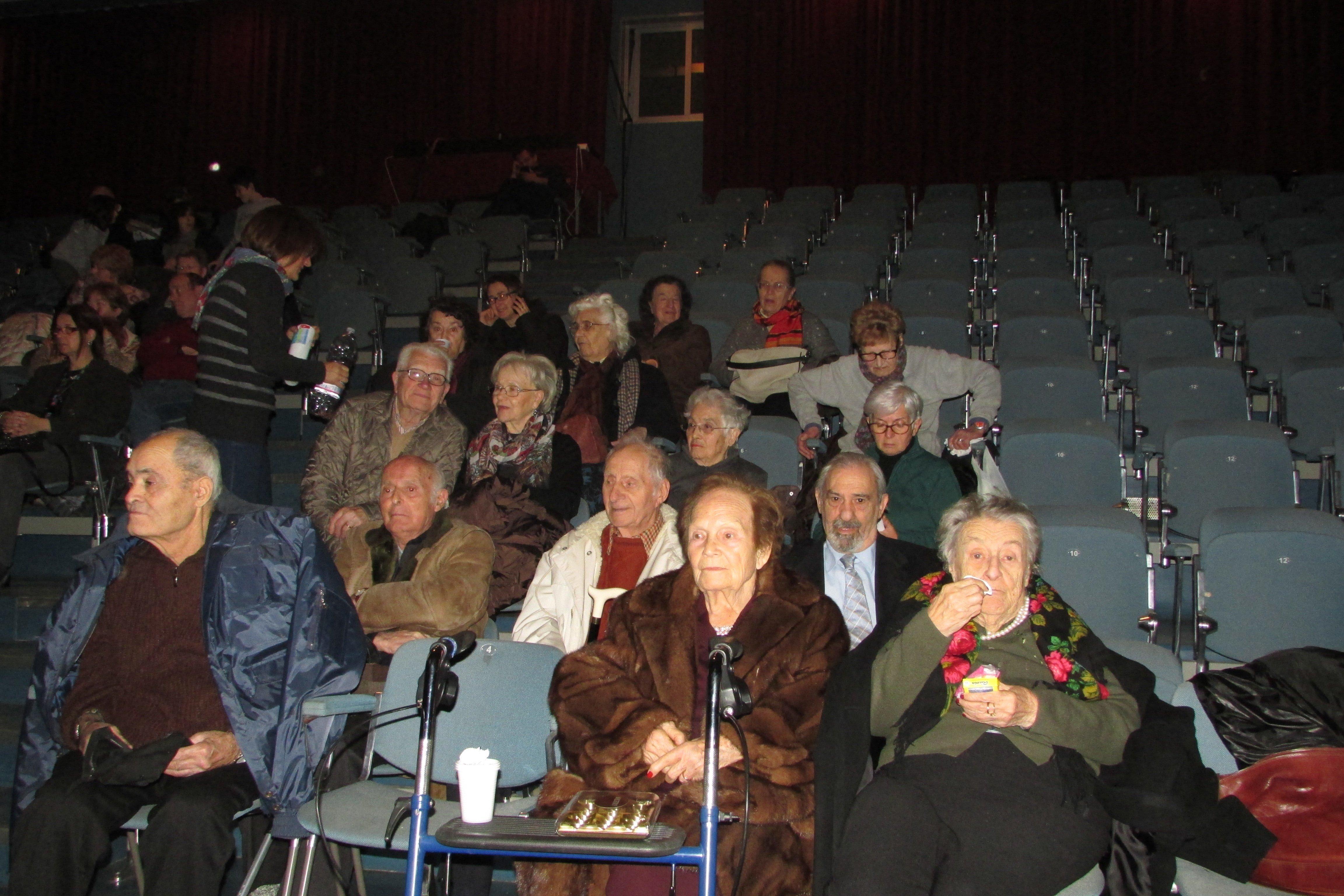 gruppo di persone sedute ad uno spettacolo