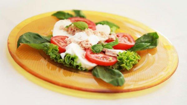 un piatto di insalata,pomodori e mozzarella