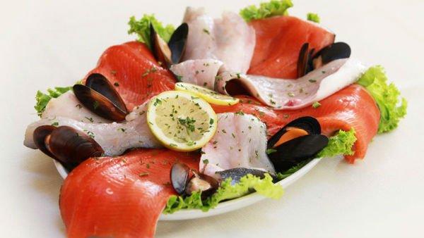 un piatto di carpaccio di pesce spada,salmone,cozze e insalata