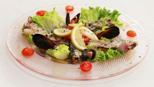 un piatto di carpaccio di pesce e insalata