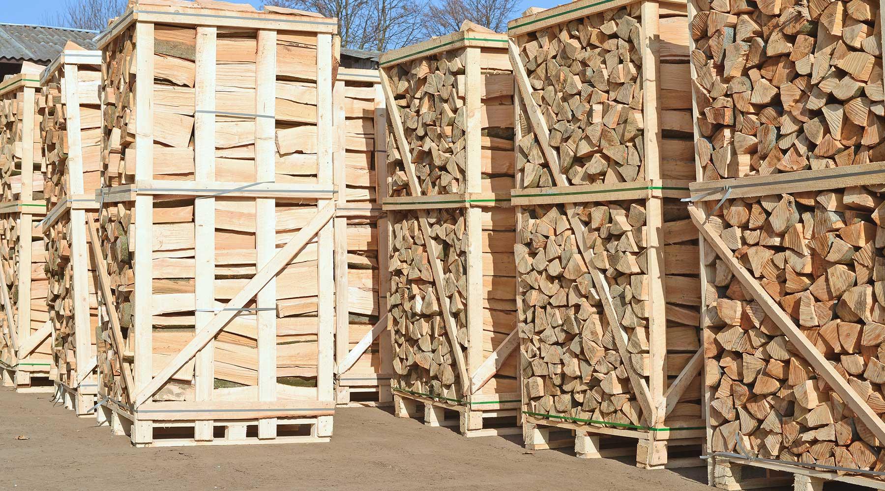 bancali di legna pronta per essere venduta o consegnata a domicilio