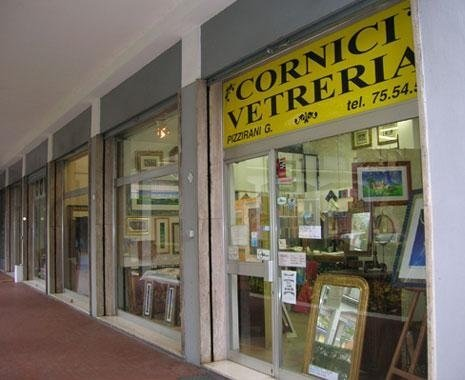 Vetrina Pizzirani negozio