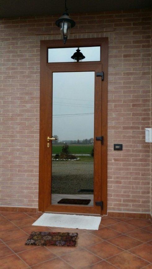 Portone di accesso in PVC effetto legno con serratura di sicurezza, cardini rinforzati e vetro-camera