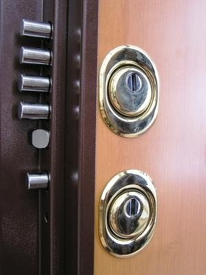 serratura con doppio Defender ottone lucido vista esterna