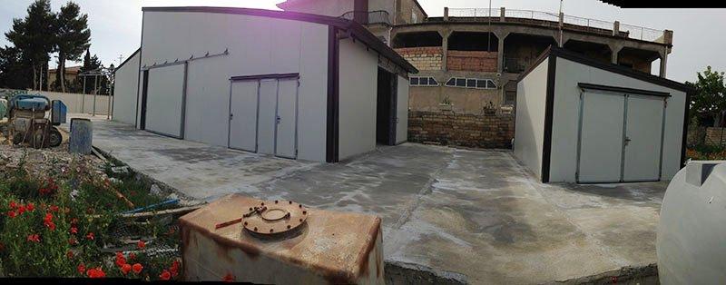 garage in lamiera bianca con a fianco capannone