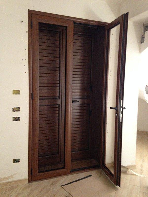 porta con infissi e balcone in legno scuro