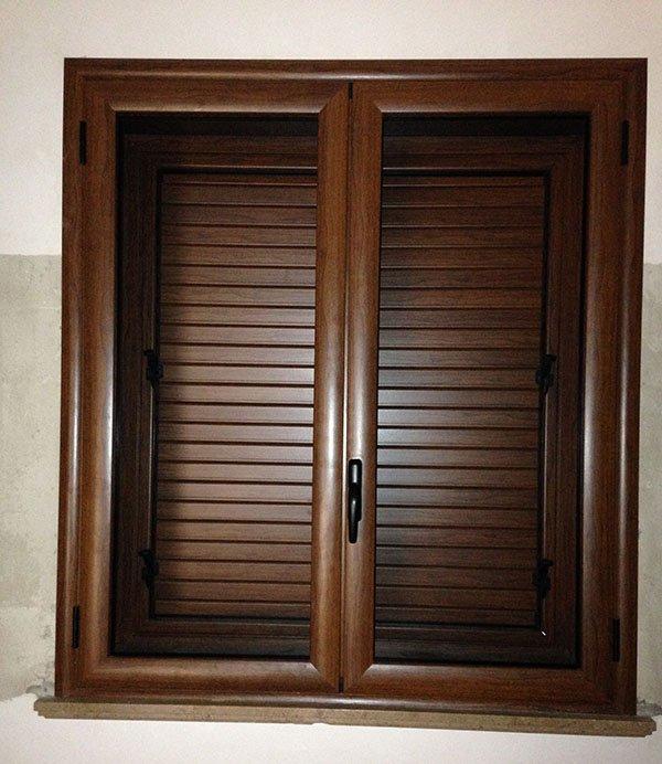 finestra con infissi e balconi in legno scuro