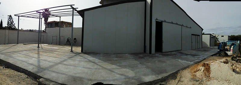 capannone con pareti in lamiera bianca