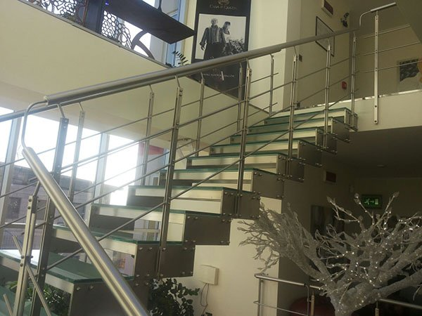 scala interna con struttura in ferro e scalini di vetro